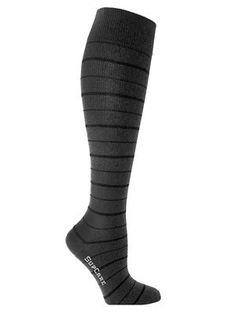 Deze donkergrijze steunkousen met dunne, zwarte strepen hebben een middelmatige compressie en zijn gemaakt van bamboe. Butik21.nl | €14,90