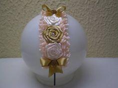 Tiara com flores e laços de cetim e renda.Pode ser feito em várias cores. A tiara é de metal e não aperta a cabeça. Produto feito sob encomenda. R$ 14,00