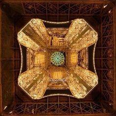 Torre Eiffel: vista desde debajo