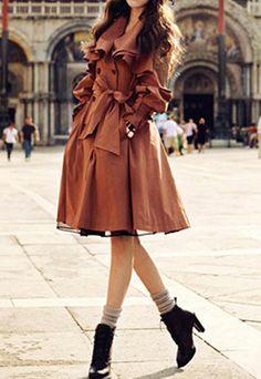Brauner Mantel vom OL-Stil mit eleganten Rüschen