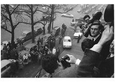 Yves Saint Laurent attende gli ospiti alla presentazione della sua prima sfilata come direttore creativo della prestigiosa casa di moda Dior, 1958. (Olycom:Sipa)