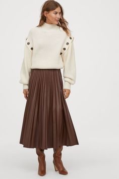 Browse our range of clothes for women. You will always find the latest trends and styles at H&M. Brown Pleated Skirt, Pleated Skirt Outfit, Skirt Outfits, Fall Outfits, Midi Skirt, Fashion Art, Autumn Fashion, Susanna Boots, Outfits Tipps