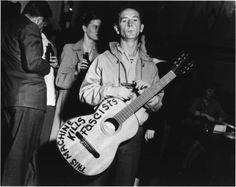 Exposition « This land is your land » autour de la vie et l'œuvre de Woody Guthrie.    Le 14 juillet 2012 fut célébré le centenaire de la naissance d'un artiste fondateur de l'histoire des musiques du XXème siècle : Woody Guthrie.    Créateur du folksong moderne, voix des sans voix, héraut de l'Amérique du travail,   Woody Guthrie aura profondément inspiré Bob Dylan, Bruce Springsteen et toute une génération d'artistes.