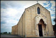 La chiesa di Santa Maria del Casale a #Brindisi è stata realizzata tra il 1300 ed il 1310. Si conservano molti documenti relativi alla chiesa in cui l'edificio è individuato come cancelleria per i processi contro i Templari. Durante l'Ottocento è diventata una caserma militare e, nel 1875, dopo aver recuperato la propria destinazione religiosa, monumento nazionale. Trovate voi un aggettivo per definirla    Photo credits: _Enza_2009 via Flickr - http://ow.ly/jSO5u   http://ow.ly/qjFaM
