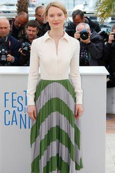 Festival de Cannes: Mia Wasikowska en robe Valentino au photocall de Maps to the Stars en 2014 - EN IMAGES. Le vent soulève les robes de sta...