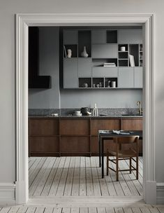 History Meets a Modern Lifestyle in the Latest project by Nordiska Kök Modern Kitchen Design history Kök latest Lifestyle Meets Modern Nordiska Project Kitchen And Bath, New Kitchen, Kitchen Decor, Kitchen Wood, Kitchen Ideas, Warm Kitchen, Shaker Kitchen, Kitchen Layout, Kitchen Furniture