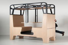 オランダのデザイン会社が列車の食堂車風収納スペース付きダイニングテーブルを発表