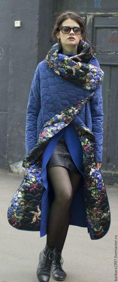Купить или заказать Пальто СOZY QUILTED BLUE FLOWERS в интернет-магазине на Ярмарке Мастеров. Легкое стеганое пальто cozy, очень мягкое и уютное, носить можно на обе стороны, застегивается на кнопки, непродуваемая и непромокаемая ткань защищает от ветра и дождя, при этом пальто очень легкое, почти невесомое. Свободный крой, большой воротник-шарф, накладные карманы - все это придает пальто комфорт Casual - стиля повседневной жизни, главный акцент в котором делается на удобство и…