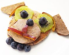 Pancakes cu banane si afine in forma de căței Pancakes, Cheese, Breakfast, Ethnic Recipes, Food, Character, Morning Coffee, Essen, Pancake