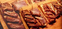 Mit Kalträuchern kann Fleisch haltbar und aromatisiert werden. Der Vorgang ist nicht kompliziert, erfordert jedoch Geduld und Zeit.