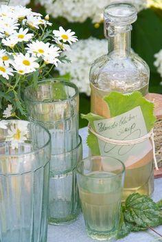 Tervetuloa! Lasillinen Louhisaaren juomaa toivotaa vieraat tervetulleeksi. | Sonja Bannick Pictures