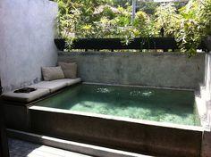 me gusta la idea de un asiento cerca del agua, me encanta esta pileta y los colores del agua y la piedra.