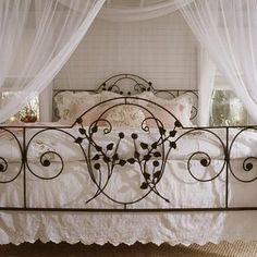 Night night sleep tight: Antique Iron Beds *I want this! Reclaimed Wood Headboard, Antique Headboard, Painted Headboard, Antique Iron Beds, Wrought Iron Beds, Cast Iron Beds, Beach Bedroom Decor, Brass Bed, Dorm Bedding