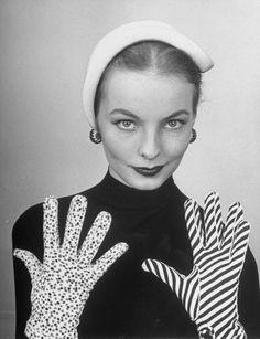 Trendy fashion photography black and white vintage gloves Vintage Glam, Moda Vintage, Looks Vintage, Vintage Couture, Retro Fashion 50s, Trendy Fashion, Vintage Fashion, Fashion Models, Unique Fashion