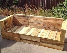 DIY Wooden pallet sofa ideas and plans. Instructions to make a pallet sofa. Pallet sofa for your indoor and outdoor furniture. Pallet Patio Furniture, Diy Pallet Sofa, Outdoor Furniture Plans, Garden Furniture, Outdoor Pallet, Furniture Projects, Pallet Couch Outdoor, Pallet Sectional, Pallet Headboards
