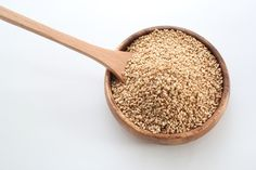 Sesame oil (Til) benefits for skin. They add a lovely crunch to many Asian and Middle Eastern dishes. The benefits of sesame seeds go beyond the culinary, and this nutrient-rich seasoning is also good for our body. Healthy Foods To Eat, Healthy Smoothies, Tostadas, Benefits Of Sesame Seeds, Sesame Allergy, Pasta Cremosa, Allergies Alimentaires, Homemade Tahini, Middle Eastern Dishes