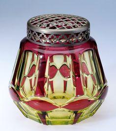 Val Saint-Lambert vase 'Palacio' répertorié S291 - Cristal urane doublé rouge - Joseph Simon - Catalogue Cristaux de Fantaisie 1926 - H 17 cm.