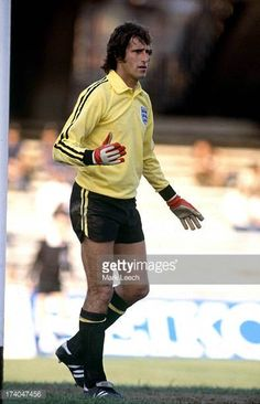 European Football Championship - Spain v England England goalkeeper Ray Clemence. Get premium, high resolution news photos at Getty Images College Football Games, Football Cheerleaders, Football Kits, Football Cards, British Football, European Football, England Football Players, Ray Clemence, Watford Fc