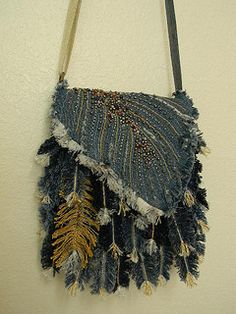 How to make feather handbag from old jeans - Crazzy Craft Fabric Crafts, Sewing Crafts, Denim Purse, Fringe Purse, Denim Ideas, Denim Crafts, Recycle Jeans, Boho Bags, Recycled Denim