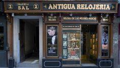 Antigua Relojería Calle de la Sal (De la Sal, 2). Aunque recomprada en 1936 por una nueva gerencia, la relojería de la calle de la Sal lleva abierta al público desde 1880. Este negocio emplaza bajo un mismo techo taller y tiendas de relojes, tanto de pulsera como de antesala, sobremesa y piezas especiales.Madrid
