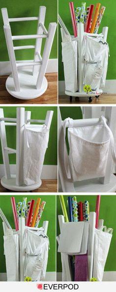 Organizador para rolos de papel - Banco ao contrário com rodinhas embaixo e sacolas em tecido amarradas por toda volta.