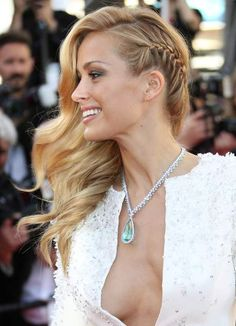 Cannes 2015 : les stars les plus sexy du Festival There were people on the balcony: Petra Nemcova Side Swept Hairstyles, Chic Hairstyles, Braided Hairstyles, Wedding Hairstyles, Party Hairstyles, Wedding Hair And Makeup, Bridal Hair, Bridesmade Hair, Hair To One Side
