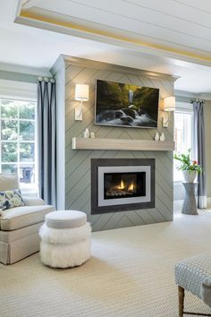 Un motif de chevron fait de lambris comme revêtement de foyer. / An herringbone pattern made of panelling to dress up the fireplace mantel. Farmhouse Fireplace Mantels, Shiplap Fireplace, Bedroom Fireplace, Home Fireplace, Fireplace Remodel, Fireplace Surrounds, Fireplace Design, Fireplace Ideas, Mantel Ideas
