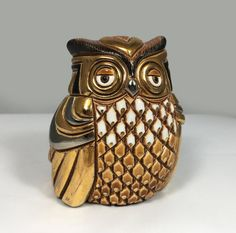 1990s Vintage Artesania Rinconada Silver Anniversary #714 Owl Ceramic Inlaid with Gold and Platinum Retired Figurine -2.5 (6.5 cm) long by 2.375 (6.3 cm) wide and stands 3.125 (8 cm) tall -In excellent vintage condition with no chips, cracks, crazing or discoloration -Made in Uruguay in the 1990s by Artesania Rinconada and has the Artesania Rinconada sticker as well the Artesania Rinconada etching as well as a 00 etching denoting the companys 25th anniversary This vintage Artesania…
