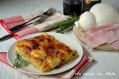 La parmigiana di patate è un saporito piatto unico o sostanzioso secondo a base di patate, prosciutto e formaggi e che non contiene besciame