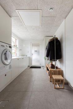 Inspiration: Akustikloft i renoveret villa Villa, Lego House, Laundry In Bathroom, Mudroom, Room Inspiration, Sweet Home, New Homes, Loft, House Design