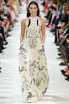 Valentino Spring 2018 Ready-to-Wear Fashion Show - Vittoria Ceretti (Elite)