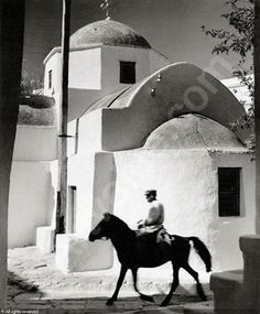 Donkey rider in Mykonos town (Chora) Herbert List, Old Time Photos, Old Pictures, Vintage Photographs, Vintage Photos, Brassai, Mykonos Town, Black White, Good Old Times