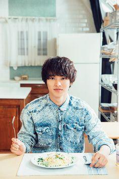 Kento Yamazaki cooks cream pasta w/crab, #16 2015. http://thetv.jp/feature/yamazaki_kento/sp_space/