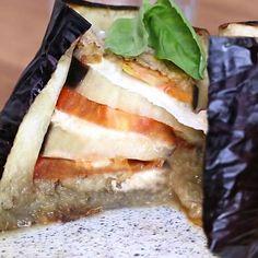 Cook like a chef with the eggplant stuffed with tomato and mozzarella recipe! Vegan Quesadilla, Quesadilla Recipes, Mozzarella, Baby Food Recipes, Low Carb Recipes, Healthy Recipes, Aubergine Recipe, Eggplant Recipes, Batch Cooking