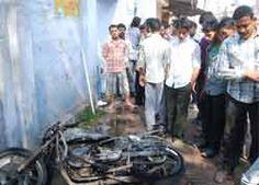 Allahabad: आगजनी, उपद्रव और हंगामा एक बार फिर इलाहाबाद यूनिवर्सिटी की तकदीर में दर्ज हो गया है. वेडनसडे को एसडी जैन और एमबी हाउस हॉस्टल के स्टूडेंट्स में जमकर टकराव हुआ. इस दौरान एसडी जैन में खड़ी कई �...