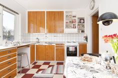 Cupboards and floor tiles Eclectic Furniture, Teak Furniture, Kitchen Paint, Kitchen Dining, Mad Men Interior Design, Cupboards, Kitchen Cabinets, Colour Blocking Interior, Functionalism