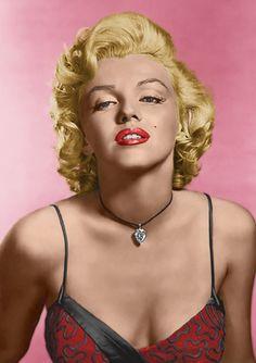"""マリリン・モンロー(Marilyn Monroe)  1926年6月1日 - 1962年8月5日  マリリン・モンローマリリン・モンロー銀幕スター彩色写真館 カラー化画像  """"20世紀最大のセックス・シンボル""""本名をノーマ・ジーン。本当の父親は未だ不明で孤児院出身。16歳で結婚、その後モデルとしてスカウトされるもアダルトやヌードモデル等、下済みが長く、注目されトップスターに至るまでには大変な苦労しています。 「マドンナ」「レデイ・ガガ」等々、没後50年を経た現在もモデルから歌手、俳優に至るまで職業、世代を超え、多くの後人に影響を与え、ハリウッド伝説的女優と言われる中に於いても、さらに特筆すべき伝説的存在であり続けています。   YouTube norma Jeane Mortenson(Marilyn)"""