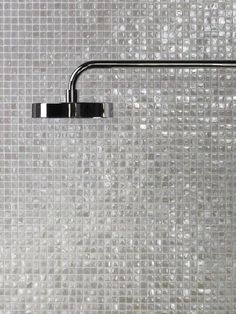 20 salles de bains nacrées qu'on adore ! Glitter Bathroom, Mosaic Bathroom, Bathroom Taps, White Bathroom, Bathroom Interior, Small Bathroom, Toilet Room, Modern Shower, Minimalist Bathroom