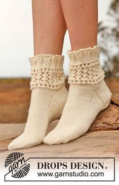 """Chrystal - Knitted DROPS socks with lace pattern in """"Karisma"""". - Free pattern by DROPS Design Lace Socks, Knitted Slippers, Wool Socks, Crochet Slippers, Knitting Socks, Hand Knitting, Knit Crochet, Knitting Patterns, Crochet Patterns"""