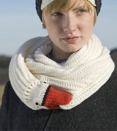 Swan / goose birdy scarf by Nina Fuehrer Very Bjork. The beak is a strong clip to secure the end of the scarf. Knitting Projects, Crochet Projects, Knitting Patterns, Crochet Patterns, Crochet Scarves, Knit Crochet, Winter Mode, Knitting Accessories, Cool Kids