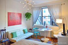 ①<この部屋のコーディネートPOINT> 青ではなく水色など、原色に少し白を混ぜた女性らしい淡色系の家具やインテリアを使用。椅子の色形を統一させずコーディネートすることで部屋にリズムを与え、カフェ風に。ポイントに間接照明と額縁鏡そしてカラフルな雑貨を。 【基本色】水色、群青色、クリーム色 【主な使用家具・インテリア】 1K一人暮らしインテリア。おしゃれなカフェ風ニューヨーカーズレイアウトルーム|アドルームズ