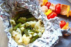 Grillede foliepakker med blomkål og grønne asparges