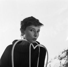 Audrey Hepburn in Rome, Italy. Photos by Willy Rizzo 1955 Audrey Hepburn, Golden Age Of Hollywood, Old Hollywood, British Actresses, Hollywood Actresses, Grace Kelly, My Idol, Beautiful Women, People