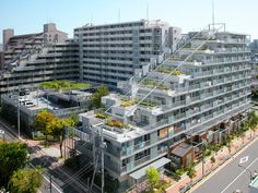 緑の屋根を作るための7ステップ #homify #ホーミファイ #屋根 #緑の屋上 #アパート ユミラ建築設計室 の モダンな 家 緑の環境の集合住宅2