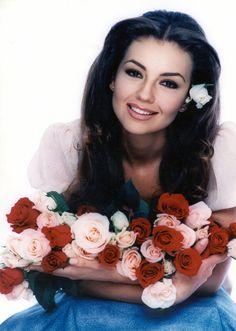Rosalinda one of my favorites Hispanic Model, Thalia Sodi Collection, Barbara Mori, Flower Girl Photos, Most Beautiful, Beautiful Women, Gorgeous Redhead, Best Face Products, Beauty Women