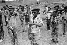 Niños soldado del Movimiento Katangese de Juventud reciben instrucción militar en Elisabethville, Congo, en una imagen tomada en noviembre de 1961.    HORT FAAS