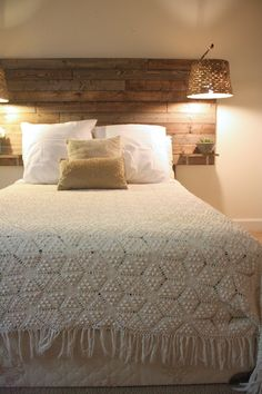 18 Rustic Bedroom Headboard Ideas For Low Budget Makes Your Bedroom More Beautiful – Decor & Gardening Ideas Rustic Wooden Headboard, Wood Headboard, Diy Headboards, Headboard Ideas, Bedroom Rustic, Floating Headboard, Rustic Bed, Modern Rustic, Headboard With Shelves