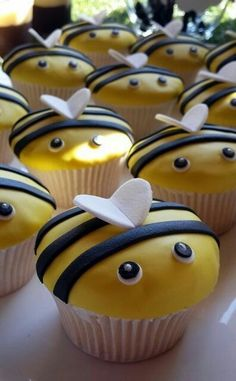 21 Cupcake Ideas Your Kids Will Gobble Up In Two Seconds Flat cupcakes anniversaire decoration licorne noël recette recipes cupcakes Cupcake Tier, Cupcake Fondant, Cupcake Cookies, Cupcake Toppers, Cupcakes Design, Bee Theme, Cupcake Recipes, Cheesecake Recipes, Eat Cake