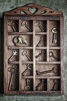 Old keys and locks! Under Lock And Key, Key Lock, Old Key Crafts, Cles Antiques, Key Projects, Shadow Box Art, Old Keys, Keys Art, Antique Keys