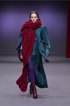 Liya Ready To Wear Fall Winter 2018 Tbilisi Knitting Blogs, Knitting Designs, High Class Fashion, Fashion Show, Unique Outfits, Cool Outfits, Amazing Outfits, Chunky Knitwear, Layering Outfits